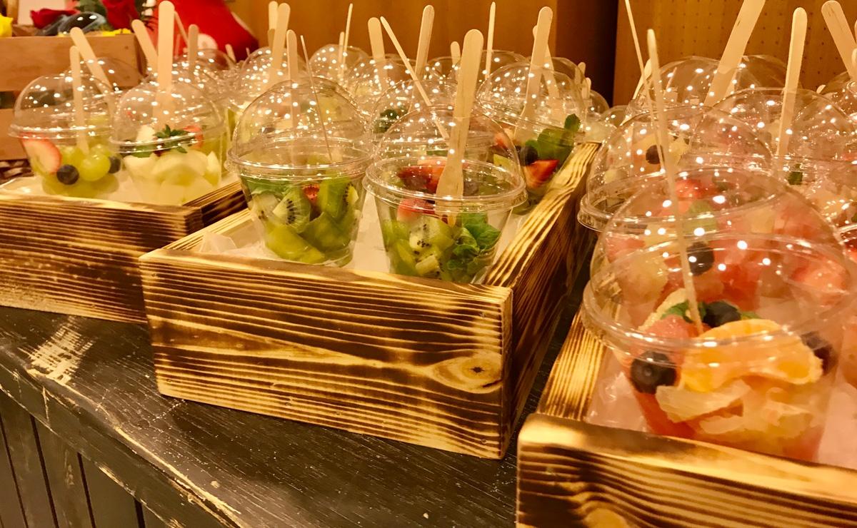 Мякоть фруктов в стаканчиках на мероприятие